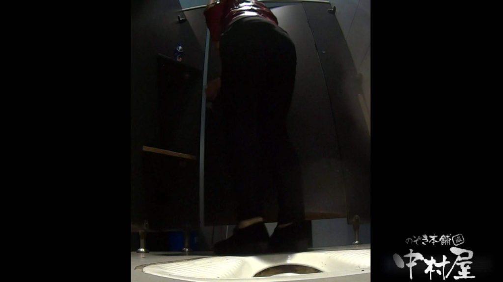立ち膝でオシッコピュー!はみ出しています。大学休憩時間の洗面所事情19 盗撮   美女  19連発